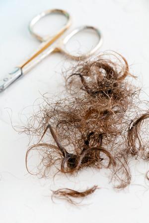 髪とハサミのクローズ アップ表示
