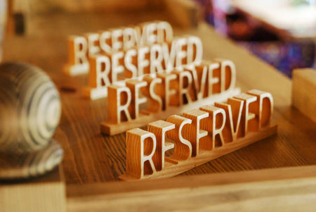 Signo reservado en una mesa en el restaurante Foto de archivo - 86577123