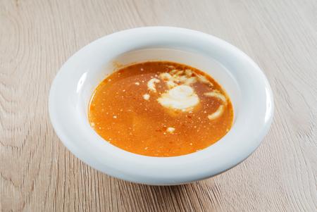 木製の背景上のスープ