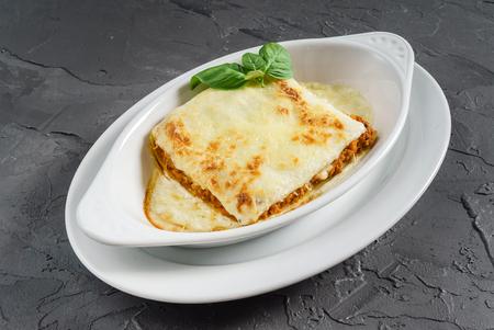 klassieke lasagne in witte kom Stockfoto