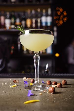 バーでカクテル