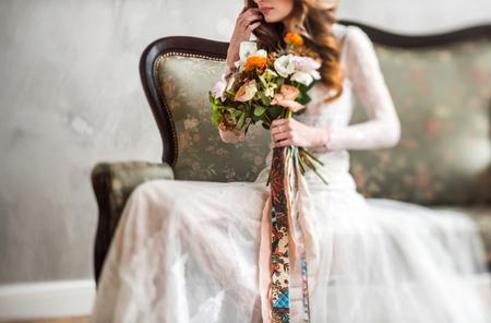 mooie bruid met bloemen