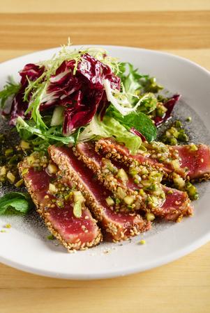 tonijnplakjes met salade
