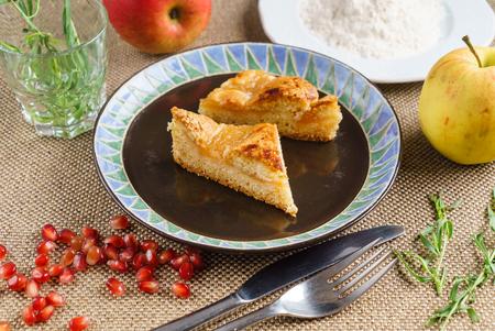사과 케이크 접시에 제공