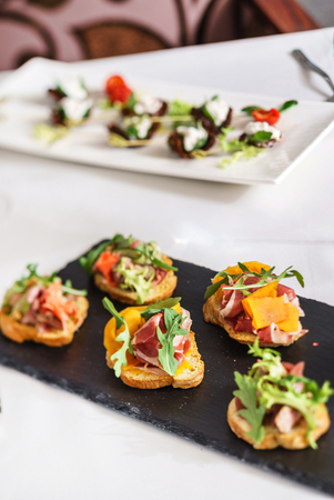canape on the Christmas table Imagens