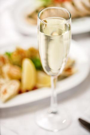 クリスマスのテーブルの上のシャンパン グラス