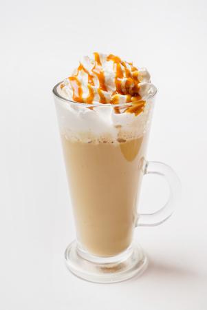 Café latte macchiato sobre fondo blanco Foto de archivo - 89019513