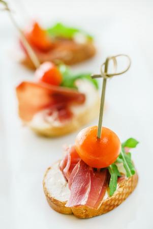 cateringtafel met snacks