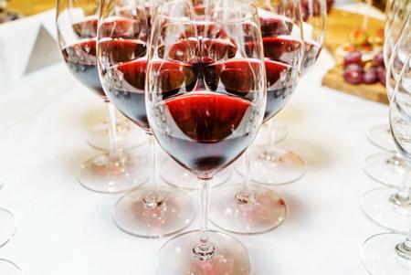 ケータリングテーブルの赤ワイン 写真素材