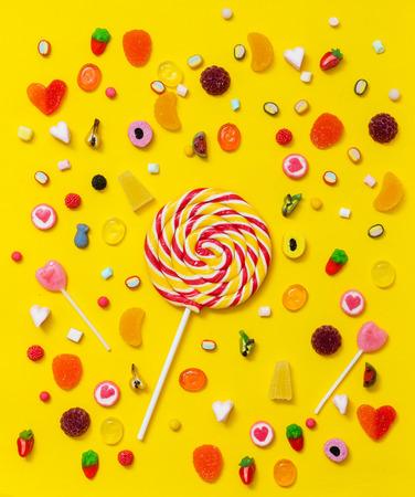 Kleurrijk suikergoed op de gele achtergrond Stockfoto - 90249046