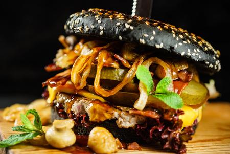 牛肉とベーコンのクリエイティブなブラックバーガー 写真素材