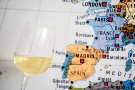 地図の近くにワインのグラス