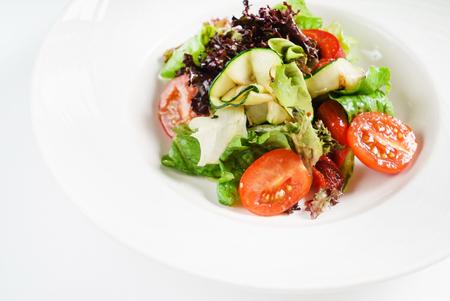 白い皿の野菜サラダ 写真素材 - 90524328