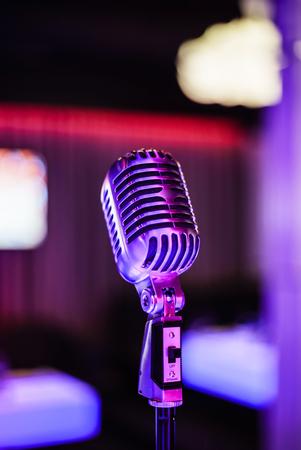 Stijlvolle retro microfoon op een gekleurde achtergrond Stockfoto
