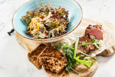 vegetable salad with roasted beef Imagens