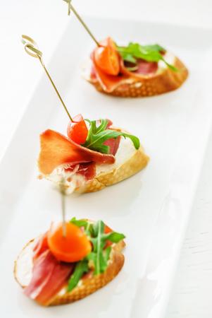 Catering-Service mit Tapas Standard-Bild - 90689030