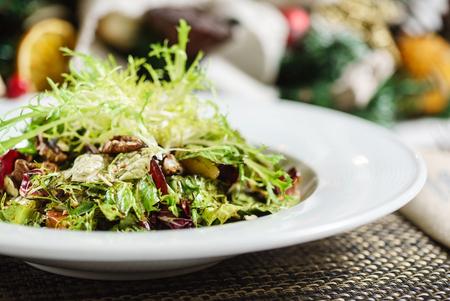 verse salade op de kerst tafel Stockfoto