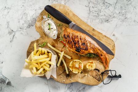 フライド ポテトと魚のグリル