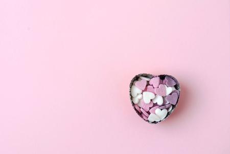 분홍색 배경에 설탕 하트