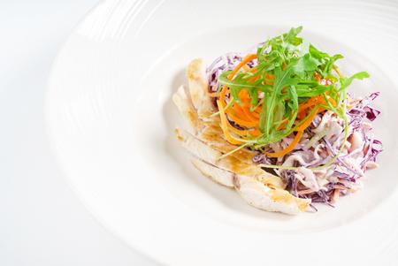 Salada com repolho roxo e frango Foto de archivo - 92216588