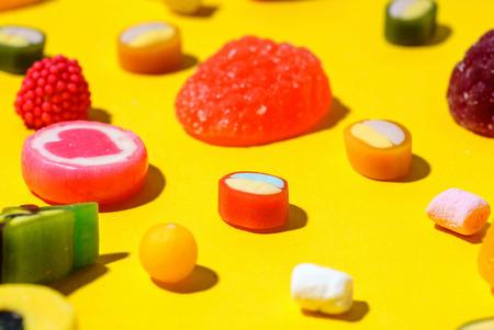 kleurrijk suikergoed op de gele achtergrond Stockfoto