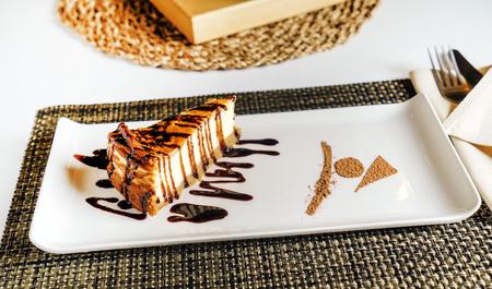 Käsekuchen mit Schokoladensauce Standard-Bild - 92786277