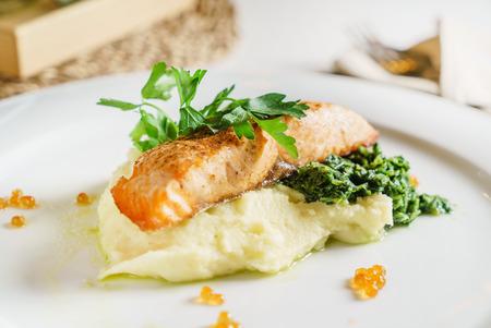 bife de salmão com purê de batata Foto de archivo