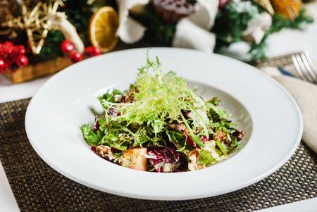 Verse salade op de kerst tafel Stockfoto - 93139392