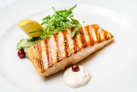salmon steak with lemon Standard-Bild