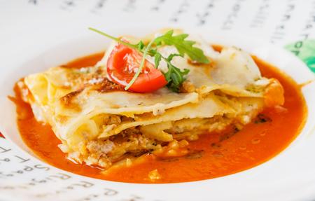 smakelijke lasagne met saus Stockfoto