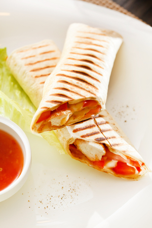 gegrilde sandwich wrap met saus Stockfoto