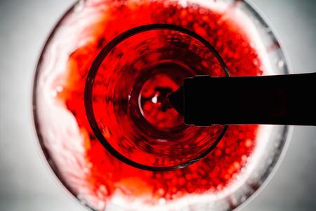 레드 와인은 데 칸타에 부어 넣는다. 스톡 콘텐츠