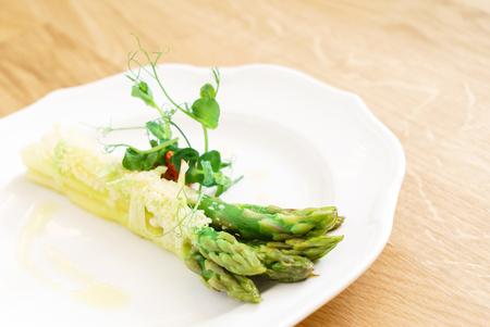 geroosterde asperges op de witte plaat