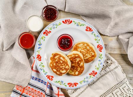 Pfannkuchen auf dem hölzernen Hintergrund Standard-Bild - 94600881