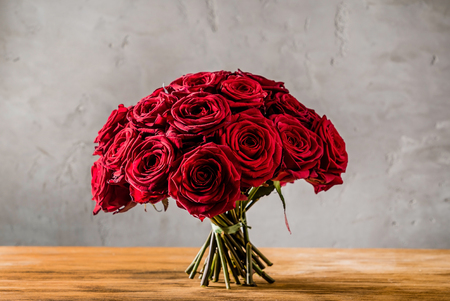 red roses on wood board Stockfoto - 95005318
