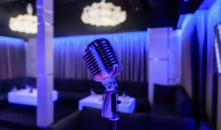 Retro-Mikrofon auf der Bühne in einem Pub Standard-Bild - 95032269