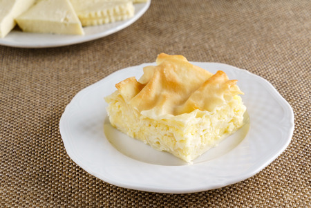 이스트를 넣지 않은 반죽에서 치즈 퍼프 파이. 그루지야 어 요리 - khachapuri Achma