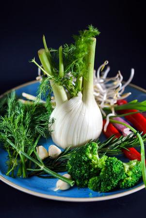 Frisches Gemüse auf dem Teller Standard-Bild - 96363345