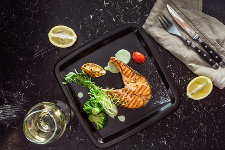 salmon stak with salad Standard-Bild