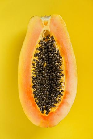 黄色の背景に新鮮なパパイヤ 写真素材