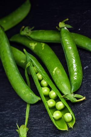 green peas on black Zdjęcie Seryjne