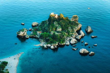 タオルミーナ、イタリアの美しい風景。ビーチと島イゾラベラとシチリアの海景。旅行写真。 写真素材