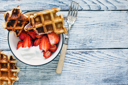 waffles with fresh berries and cream 스톡 콘텐츠