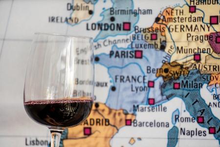 Verre de vin près de la carte Banque d'images - 98509555