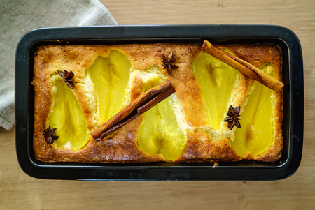 cake with pear and cinnamon