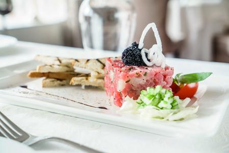 tuna tartar in restaurant Stockfoto