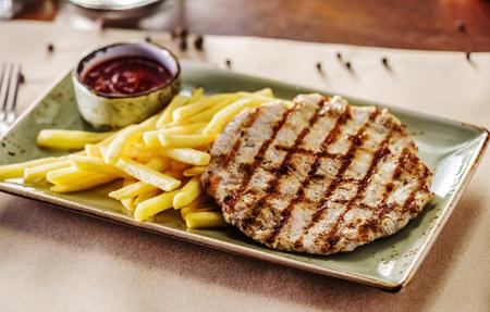 steak with potatoes Foto de archivo - 99579616