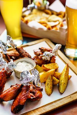 bbq buffalo wings with beer 版權商用圖片