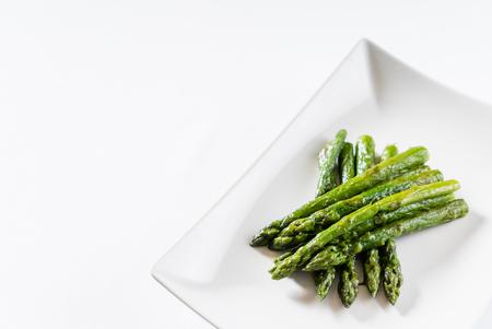roasted asparagus on white plate 版權商用圖片