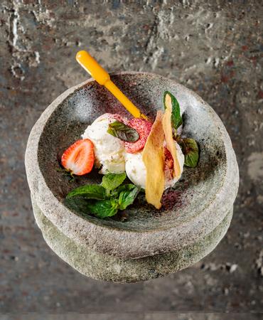 ice cream with fruits Imagens